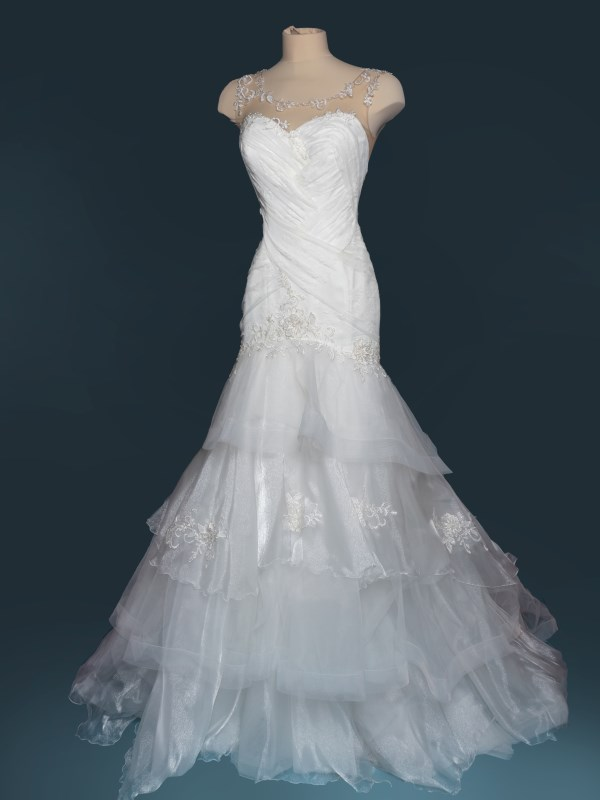 abito da sposa semi sirena in pizzo drappeggiato